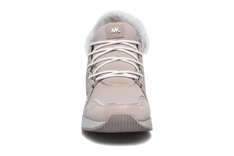 Baskets Michael Michael Kors Scout Trainer Gris vue portées chaussures