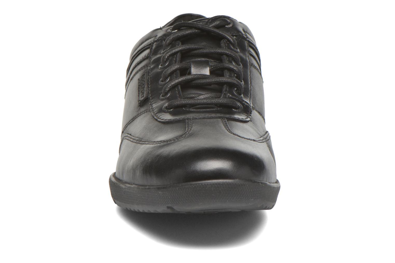 Sneakers Rockport Ip T-Toe Nero modello indossato