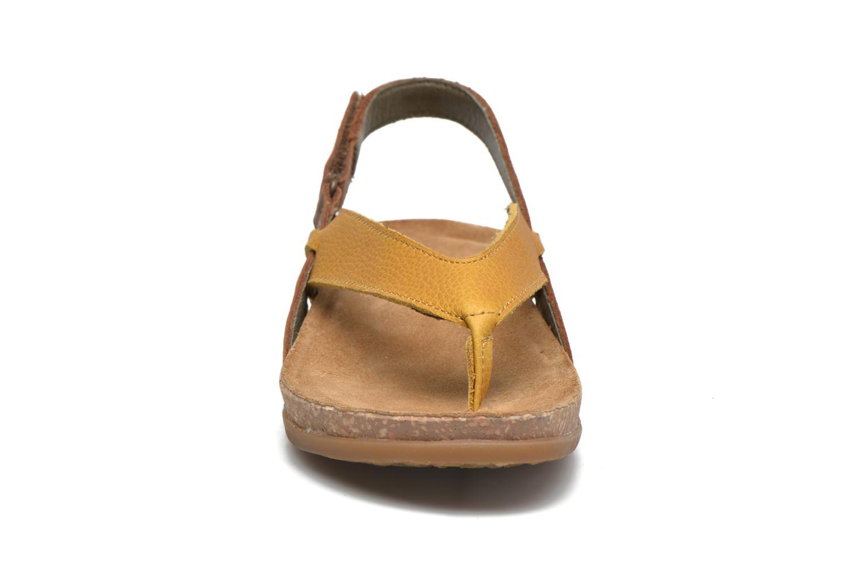 Sandales et nu-pieds El Naturalista Zumaia NF40 Jaune vue portées chaussures