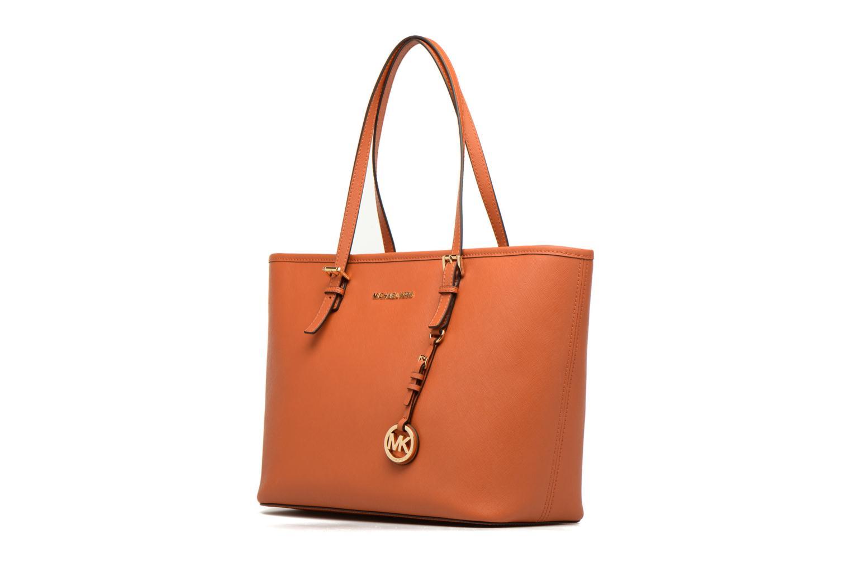 Sacs à main Michael Michael Kors JET SET TRAVEL TZ Tote zippé Orange vue portées chaussures