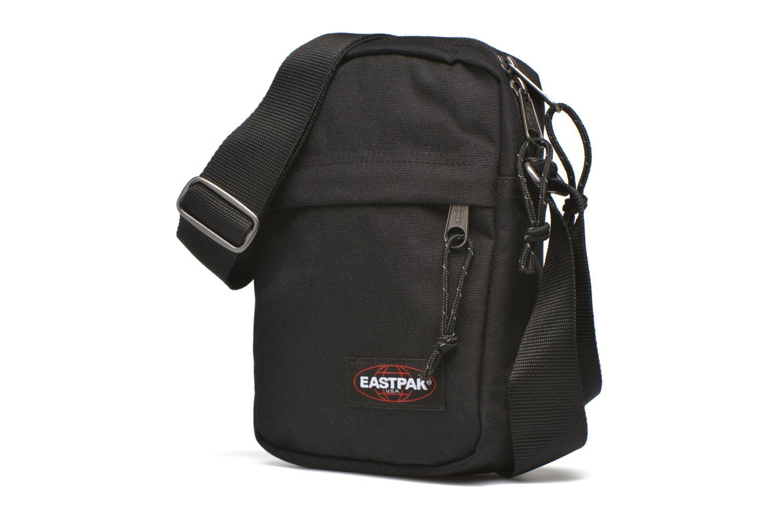 Borse uomo Eastpak THE ONE Pochette crossover Nero modello indossato