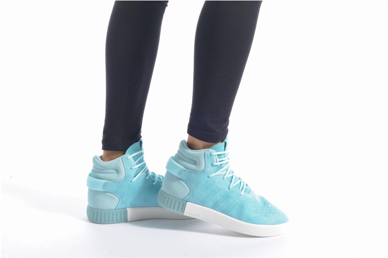 Baskets Adidas Originals Tubular Invader W Bleu vue bas / vue portée sac