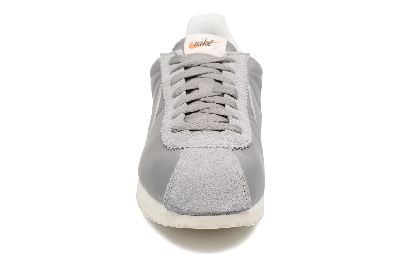 Baskets Nike Classic Cortez Nylon Prem Gris vue portées chaussures