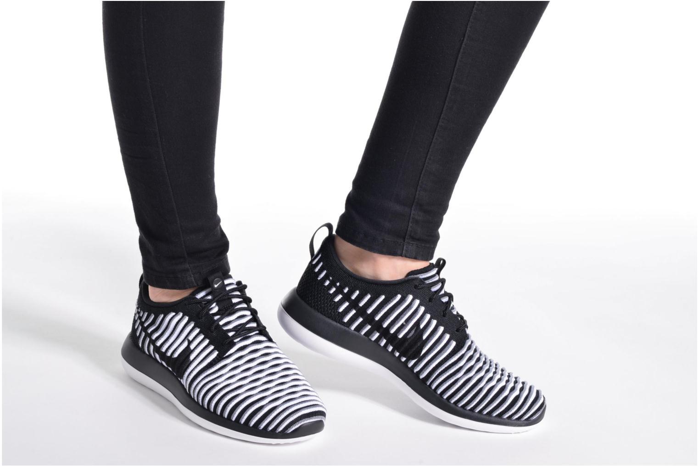 Sneaker Nike W Nike Roshe Two Flyknit schwarz ansicht von unten / tasche getragen