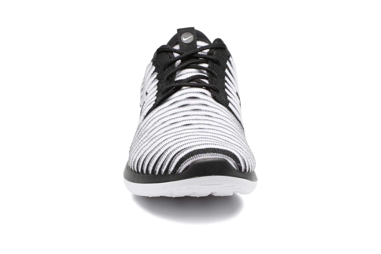 Deportivas Nike W Nike Roshe Two Flyknit Negro vista del modelo