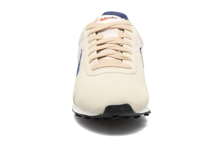 Sneakers Nike W Pre Montreal Racer Vntg Beige modello indossato