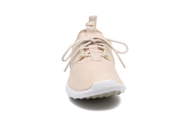 Sneakers Nike Wmns Nike Juvenate Se Beige modello indossato