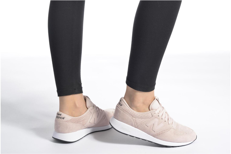 Sneaker New Balance MRL420 W rosa ansicht von unten / tasche getragen