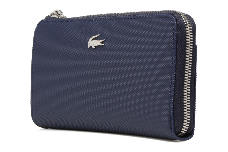 Petite Maroquinerie Lacoste Daily Classic Slim zip wallet Bleu vue portées chaussures