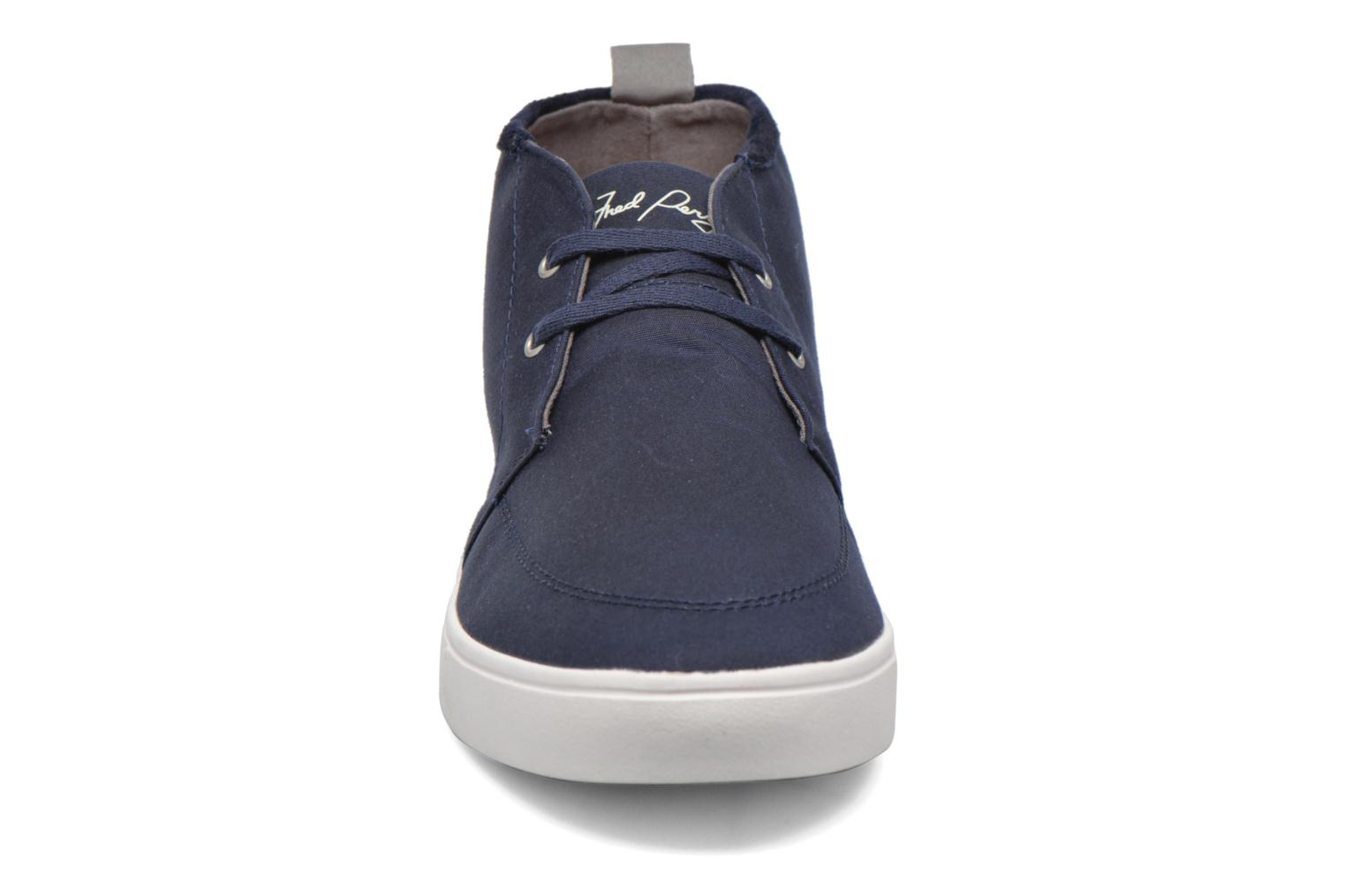 Baskets Fred Perry Shields Mid Wax Cotton Bleu vue portées chaussures