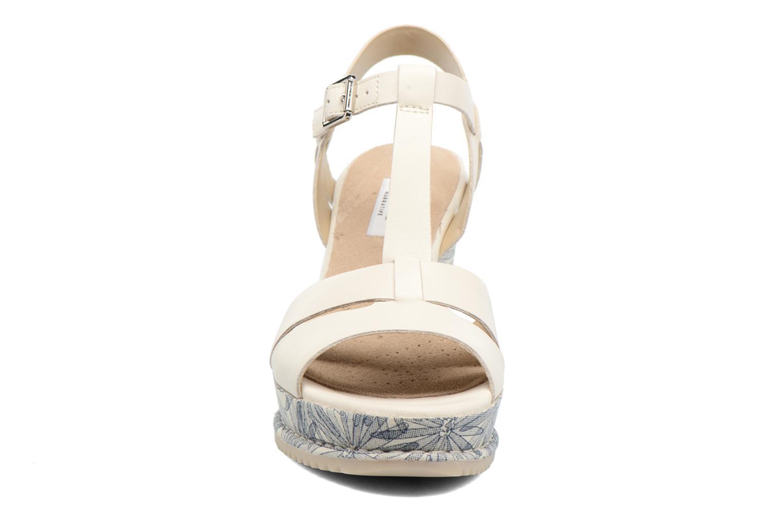 Sandales et nu-pieds Clarks Adesha River Blanc vue portées chaussures