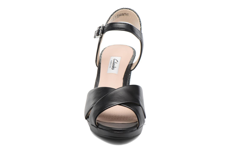 Sandales et nu-pieds Clarks Kendra Petal Noir vue portées chaussures
