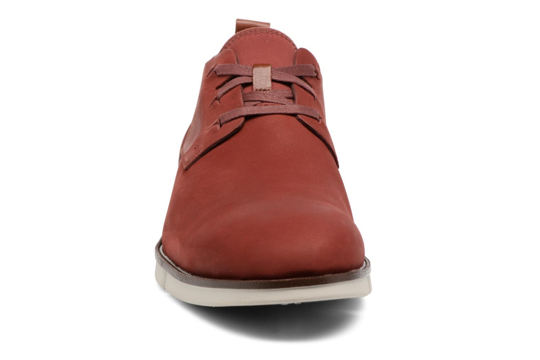 Scarpe con lacci Clarks Trigen Lace Rosso modello indossato