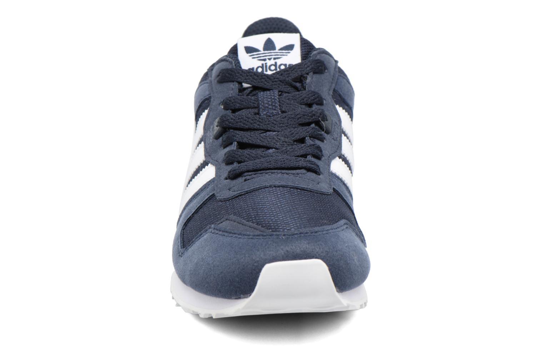 Baskets Adidas Originals Zx 700 J Bleu vue portées chaussures