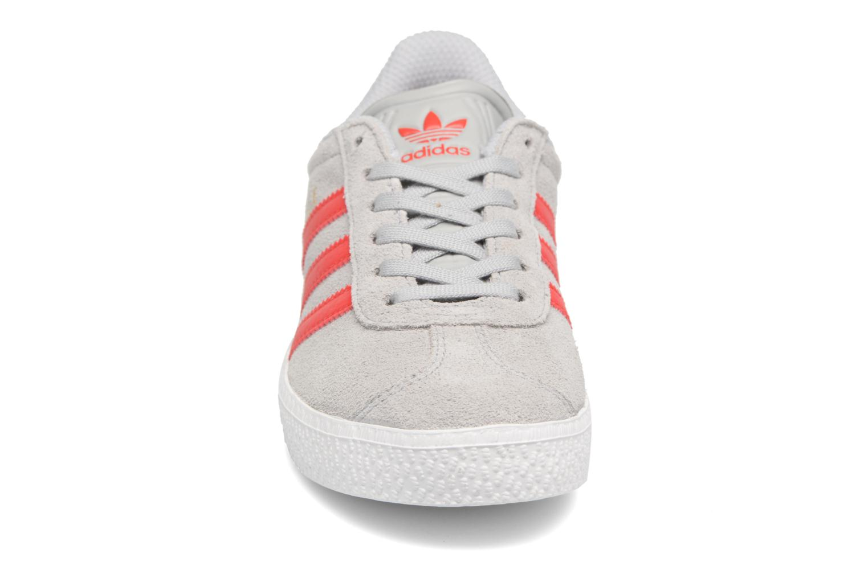 Baskets Adidas Originals Gazelle C Gris vue portées chaussures
