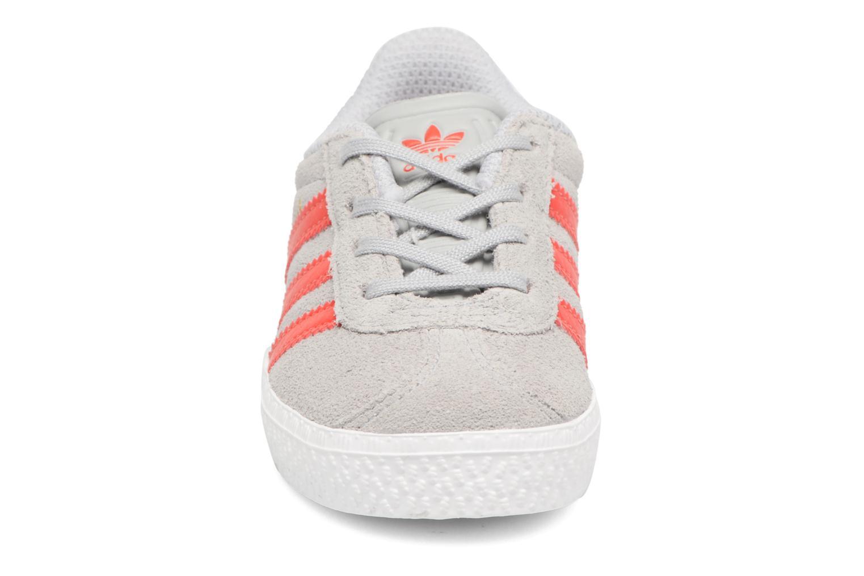Sneakers Adidas Originals Gazelle I Grigio modello indossato