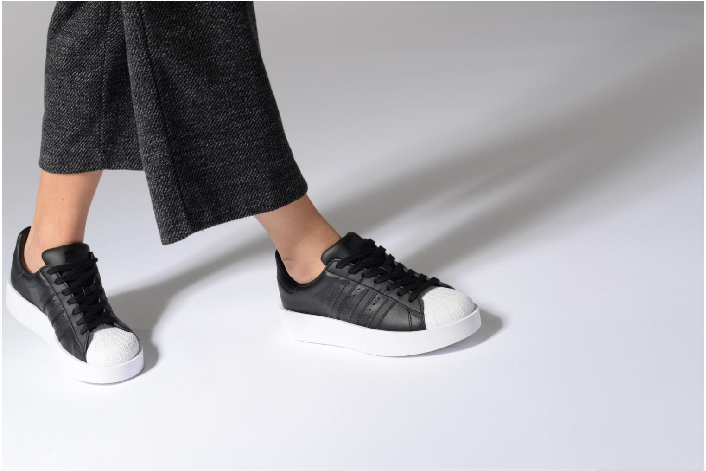 Baskets Adidas Originals Superstar Bold W Noir vue bas / vue portée sac