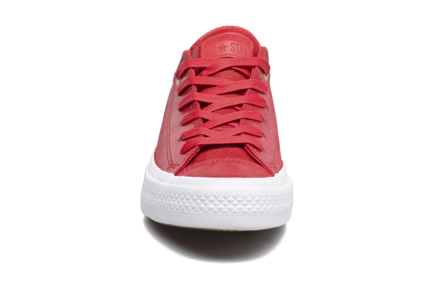 Baskets Converse Chuck Taylor All Star II Ox Craft Leather Rouge vue portées chaussures