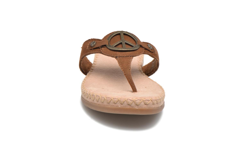 Sandales et nu-pieds Minnetonka Thong With Peace Sign Marron vue portées chaussures