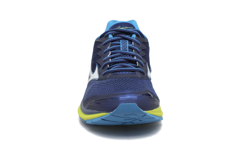 Chaussures de sport Mizuno Wave Rider 20 Bleu vue portées chaussures