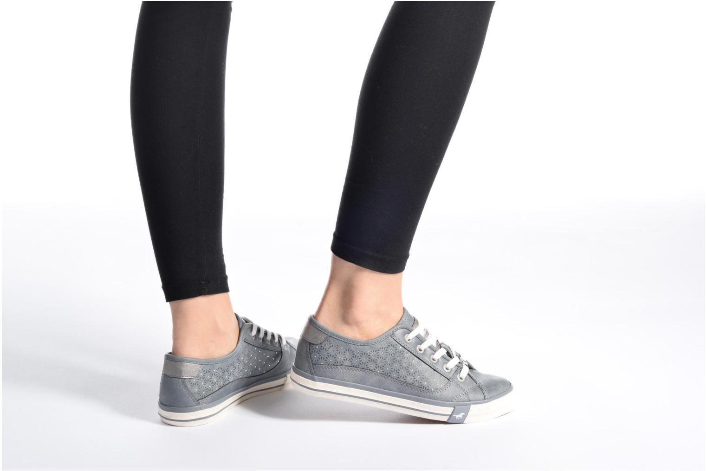 Sneaker Mustang shoes Verena grau ansicht von unten / tasche getragen