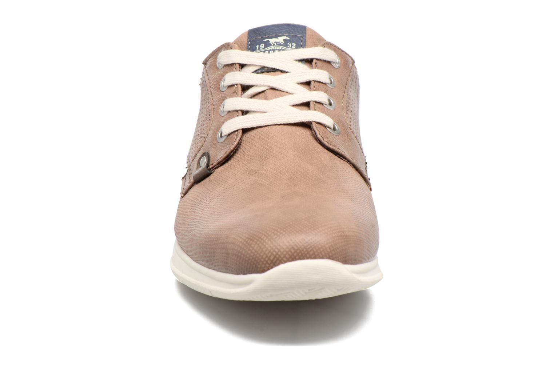Baskets Mustang shoes Gregor Marron vue portées chaussures