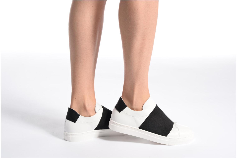 Sneaker COSMOPARIS Izoa weiß ansicht von unten / tasche getragen