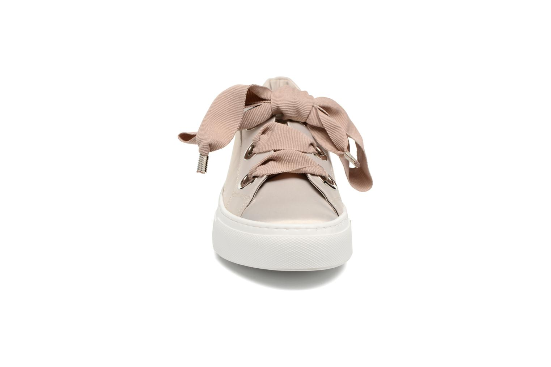 Sneakers Bronx Byardenx Beige modello indossato