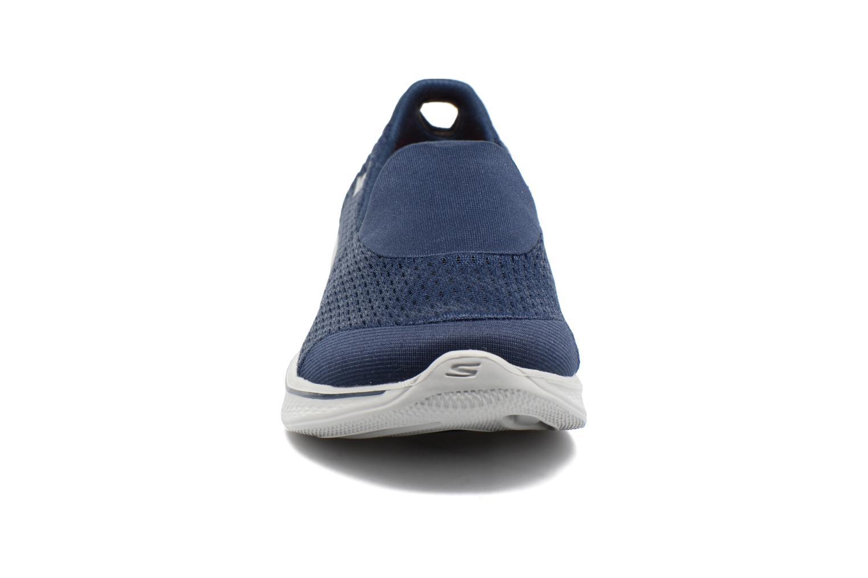 Baskets Skechers GO Walk 4 Pursuit Bleu vue portées chaussures