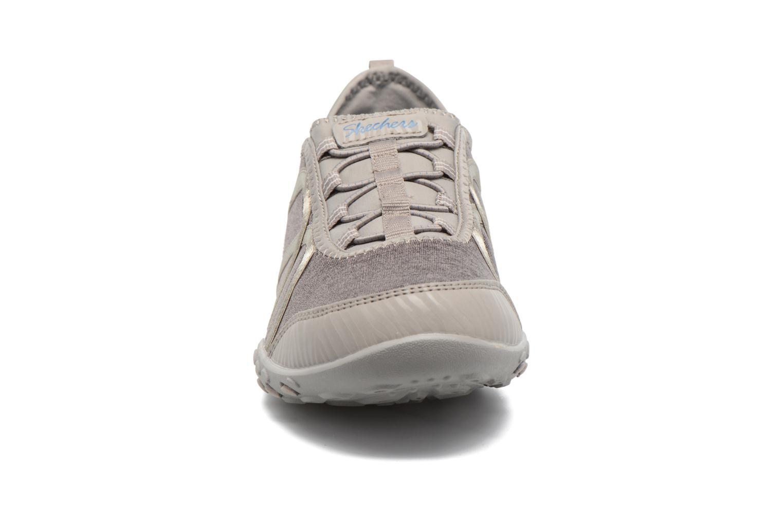 Baskets Skechers Breathe-Easy Fortune Beige vue portées chaussures