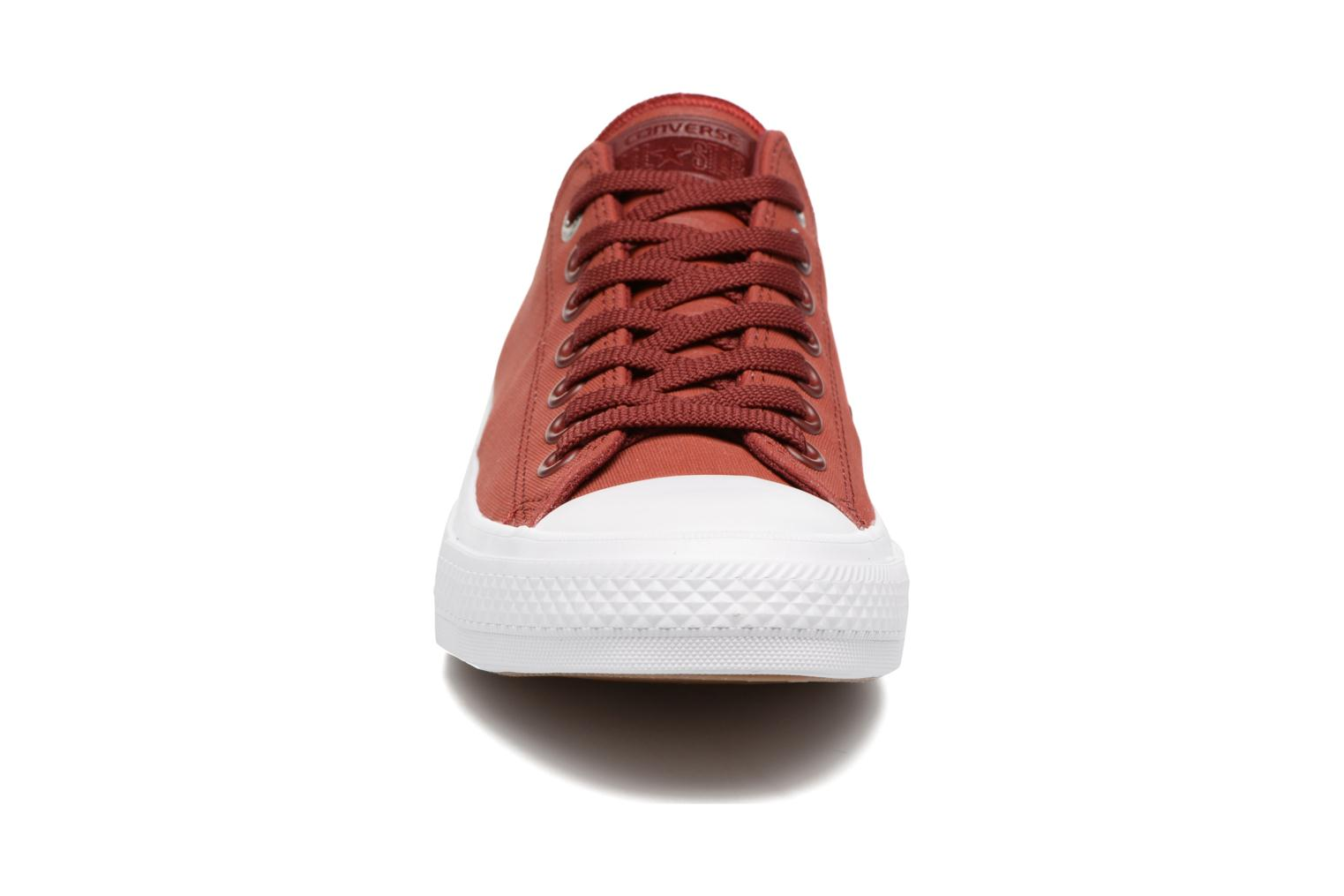 Baskets Converse Chuck II Two-Tone Leather Ox M Rouge vue portées chaussures