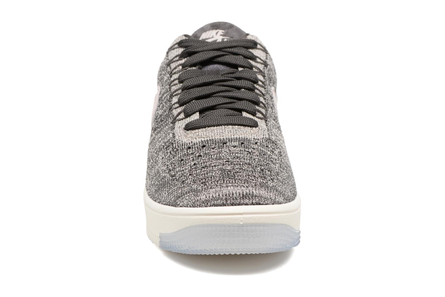 Baskets Nike W Af1 Flyknit Low Gris vue portées chaussures