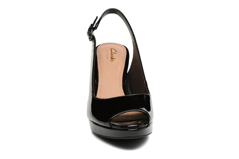Sandali e scarpe aperte Clarks Mayra Blossom Nero modello indossato