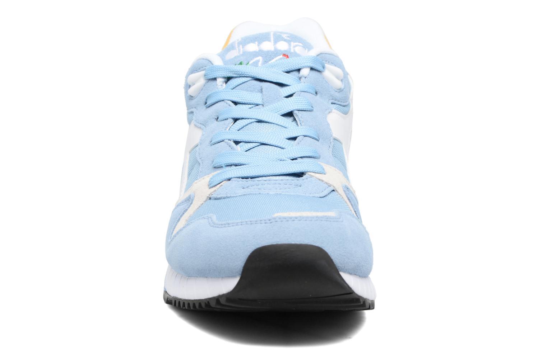 Sneakers Diadora V7000 NYL II Azzurro modello indossato