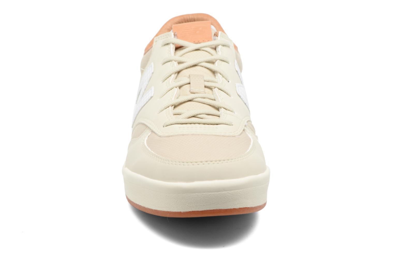 Sneakers New Balance WRT300 Beige modello indossato