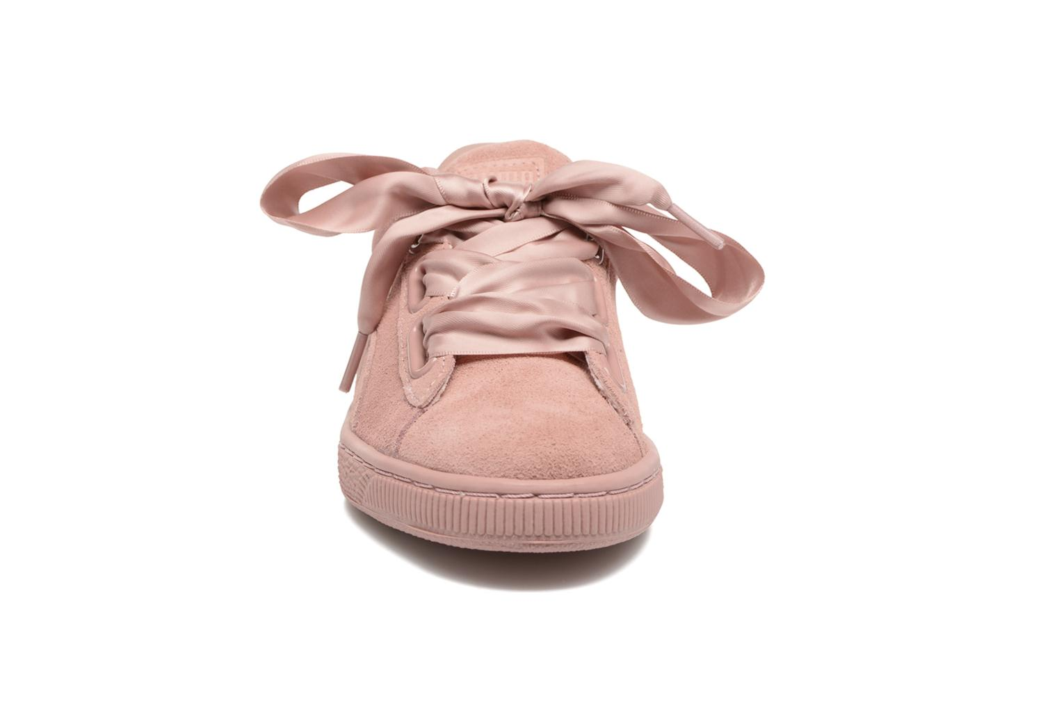 Baskets Puma Wns Suede Heart Satin II Rose vue portées chaussures
