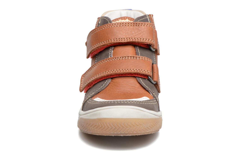 Sneakers Babybotte Atol Marrone modello indossato