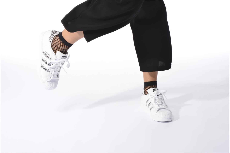 Baskets Adidas Originals Superstar W2 Blanc vue bas / vue portée sac