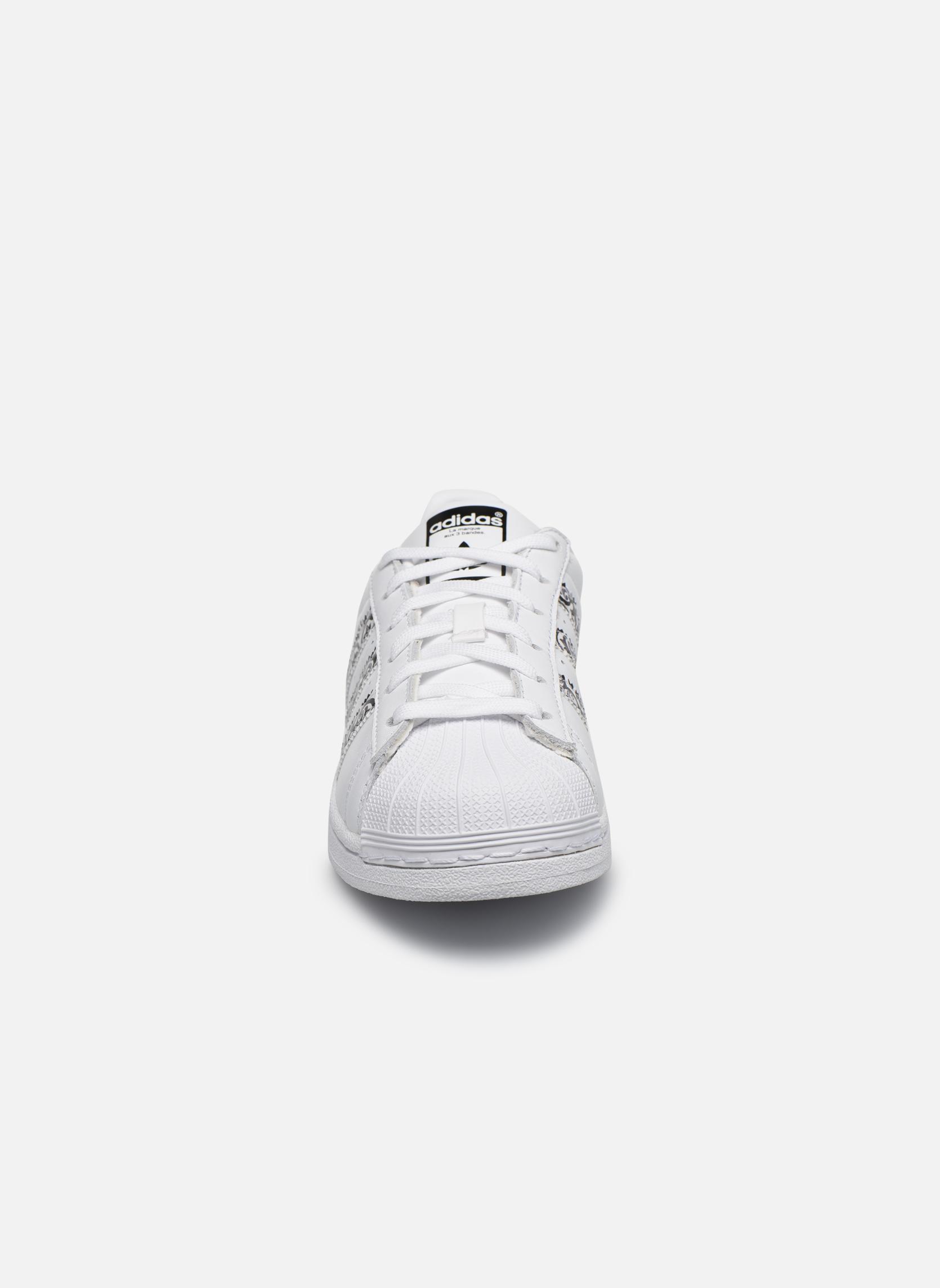 Baskets Adidas Originals Superstar W2 Blanc vue portées chaussures