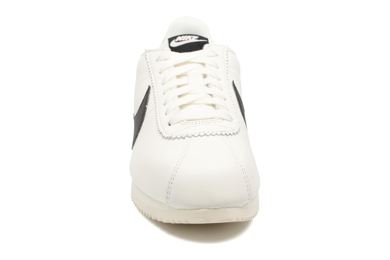 Baskets Nike Classic Cortez Leather Se Blanc vue portées chaussures