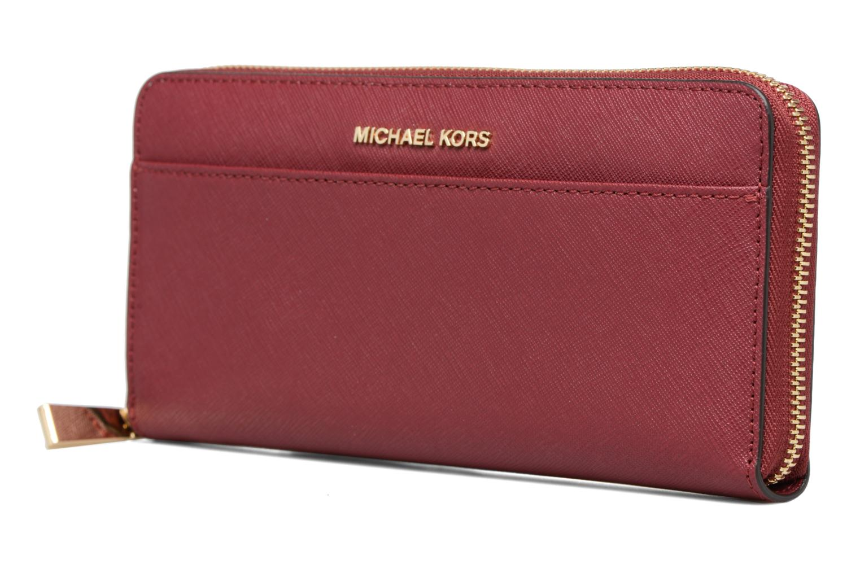 Petite Maroquinerie Michael Michael Kors Portefeuille Pocket ZA Continental Bordeaux vue portées chaussures