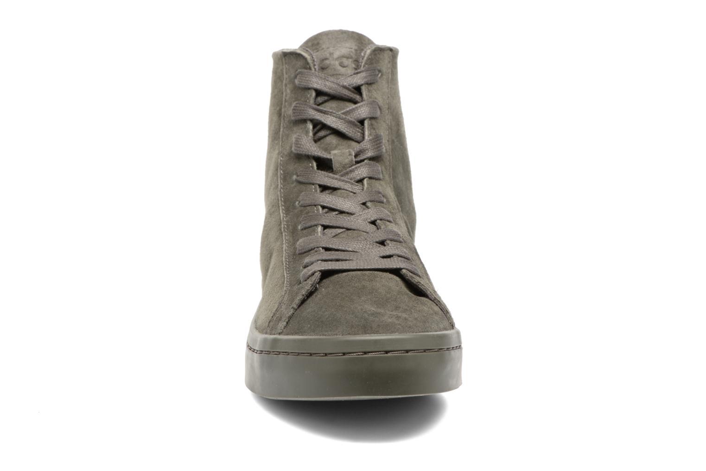 Baskets Adidas Originals Courtvantage Mid Gris vue portées chaussures