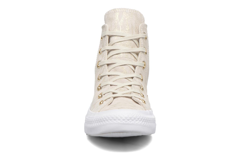 Baskets Converse Chuck Taylor All Star Shimmer Suede Hi Beige vue portées chaussures