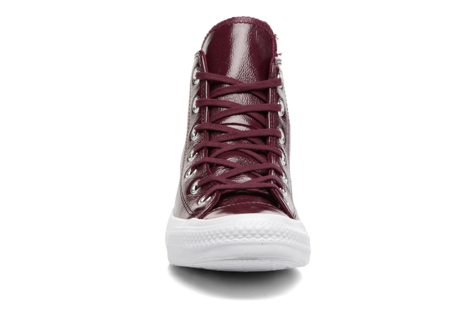 Baskets Converse Chuck Taylor All Star Crinkled Patent Leather Hi Bordeaux vue portées chaussures