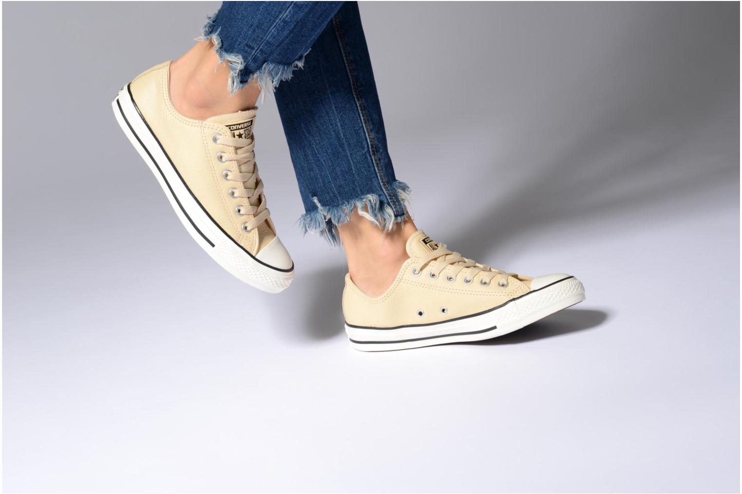 Baskets Converse Chuck Taylor All Star Tumbled Leather Ox Beige vue bas / vue portée sac
