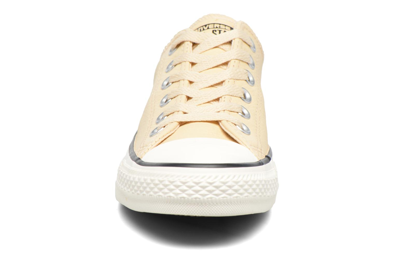 Baskets Converse Chuck Taylor All Star Tumbled Leather Ox Beige vue portées chaussures