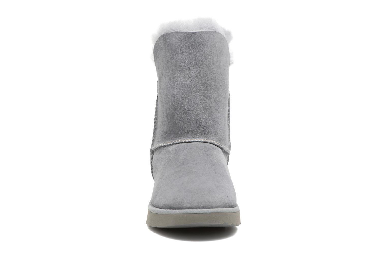 Bottes UGG Classic Cuff Short Gris vue portées chaussures