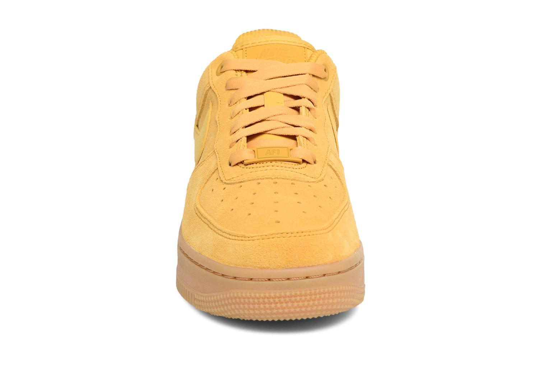 Baskets Nike Wmns Air Force 1 '07 Se Jaune vue portées chaussures