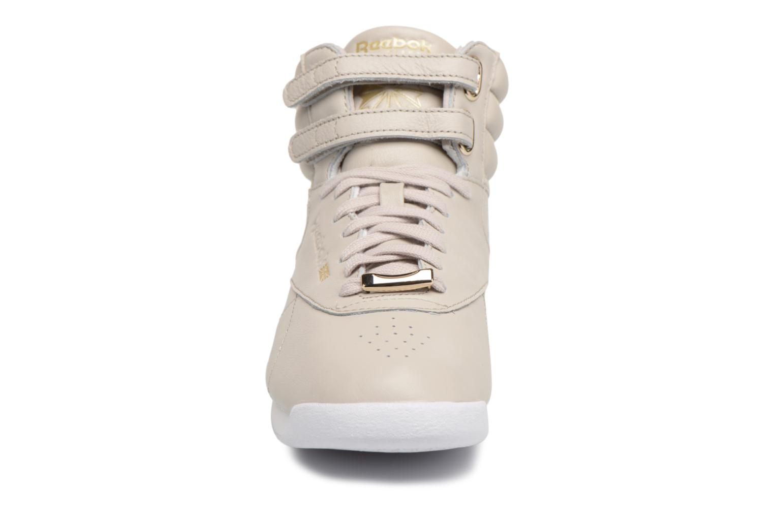 Baskets Reebok Freestyle Hi Muted Gris vue portées chaussures