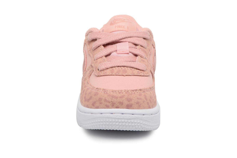 Baskets Nike Nike Force 1 Lv8 (Td) Rose vue portées chaussures
